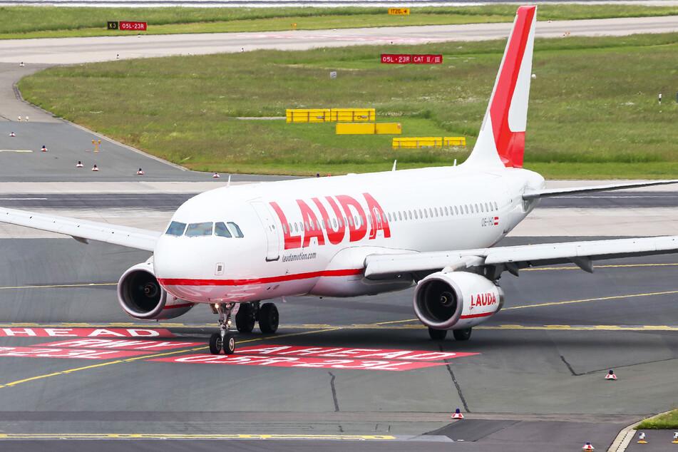 """Ein """"Laudamotion"""" Airbus A320 am Düsseldorfer Flughafen. (Symbolbild)"""
