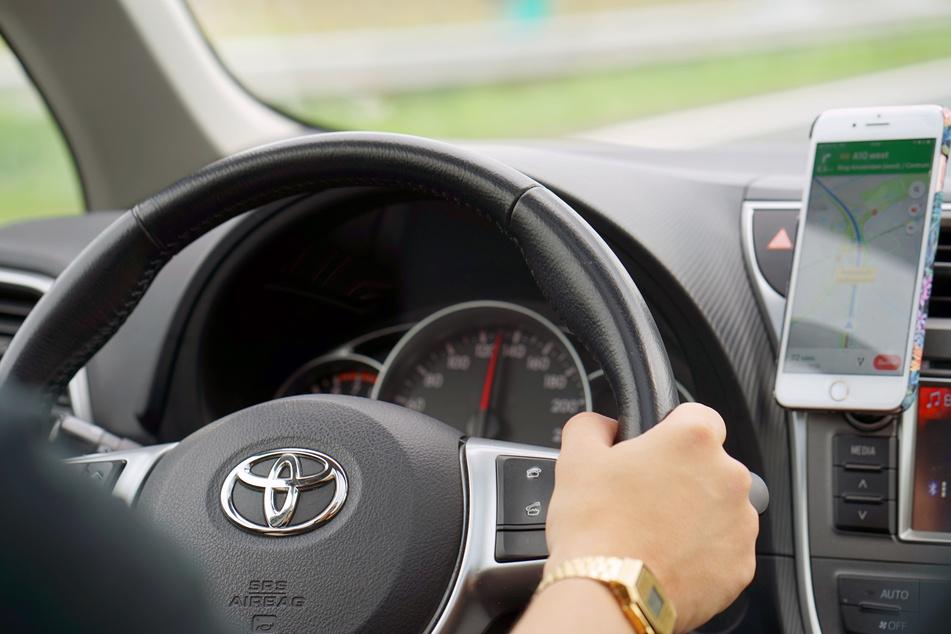 Fahrer mit Taschenrechner hinterm Lenkrad erwischt und zur Kasse gebeten: Bußgeld ist rechtmäßig!
