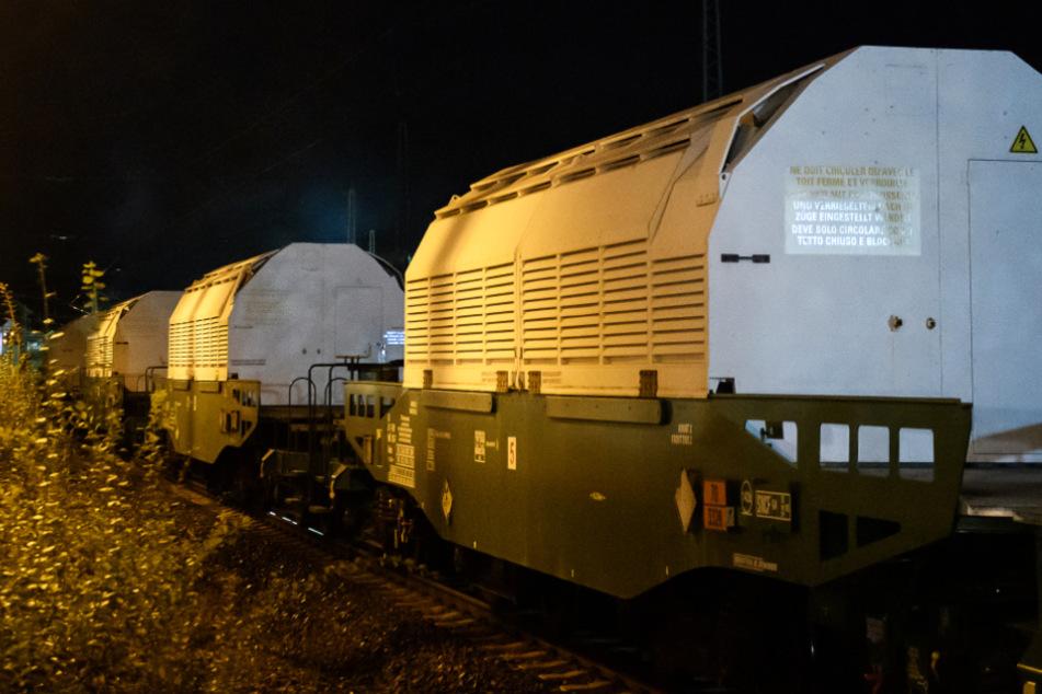 Das Bild zeigt den Spezialzug mit insgesamt sechs Castor-Behältern im Bahnhof von Hünfeld.