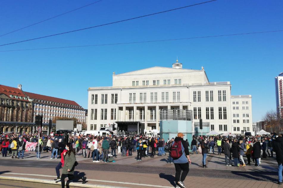 Der Augustusplatz füllt sich langsam.