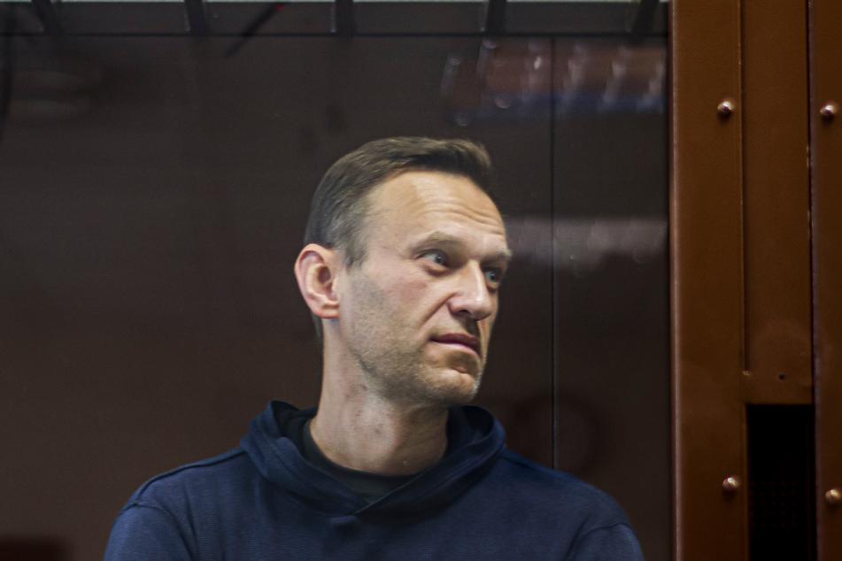 5. Februar 2021: Dieses vom Bezirksgericht Babuskinsky zur Verfügung gestellte Bild zeigt den russischen Oppositionsführer Alexej Nawalny während einer Anhörung im Bezirksgericht Babuskinsky in einem Glaskasten.