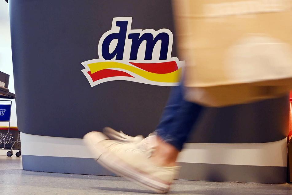 Auch in Drogeriemärkten wie DM, Rossmann oder Müller heißt es: Augen auf! Denn allerhand Hersteller tricksen bei den Preisen, was das Zeug hält.