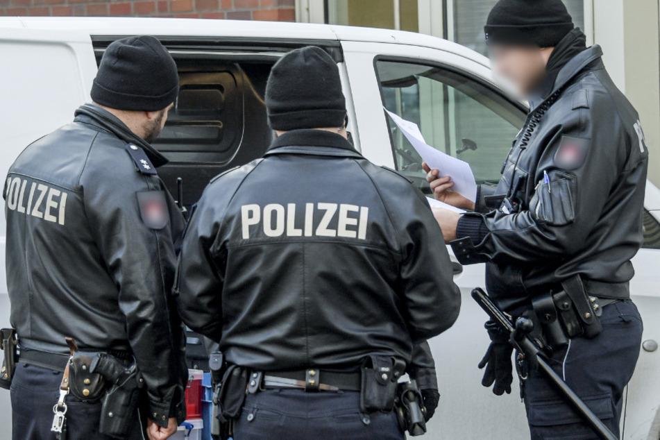 Junger Mann ruft Polizei wegen einer toten Frau in seiner Wohnung: SEK rückt an!