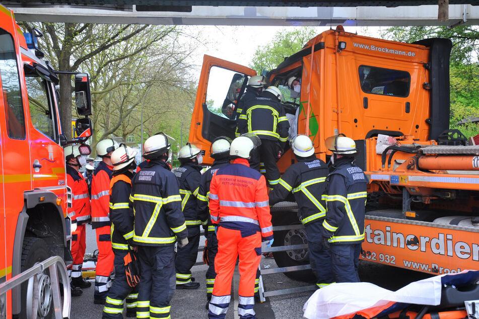 Lkw bleibt unter Brücke stecken: Führerhaus knallt dagegen