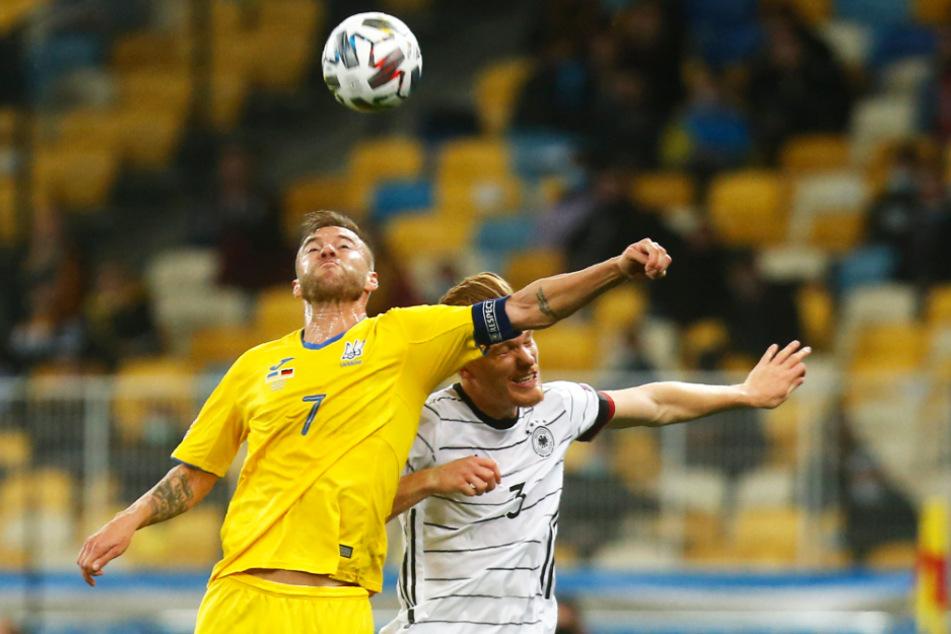 Andriy Yarmolenko (l.) ist der beste Fußballer, den die Ukraine derzeit hat. Er fehlt seiner Nationalmannschaft am Samstag ebenfalls wegen einer Corona-Infektion.