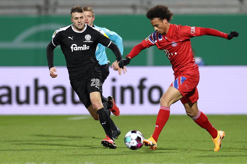 Leroy Sané (r.) und der FC Bayern München schieden in der zweiten Runde des DFB-Pokals gegen Holstein Kiel aus!