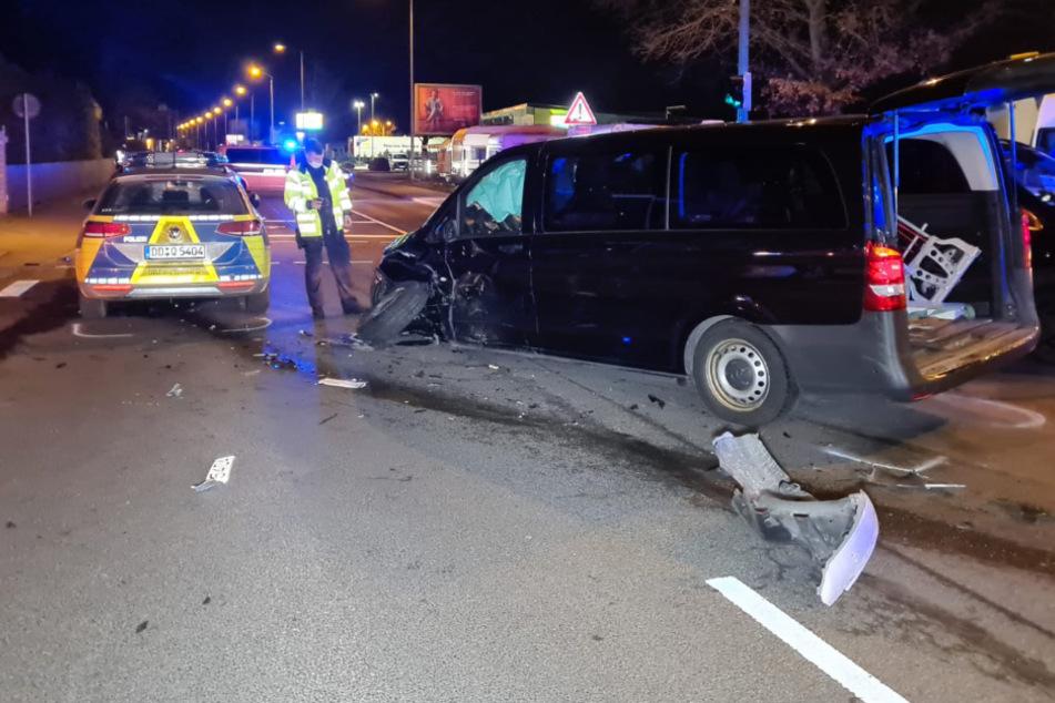 Kreuzungs-Crash in Leipzig: Polizeiwagen rauscht in Vito