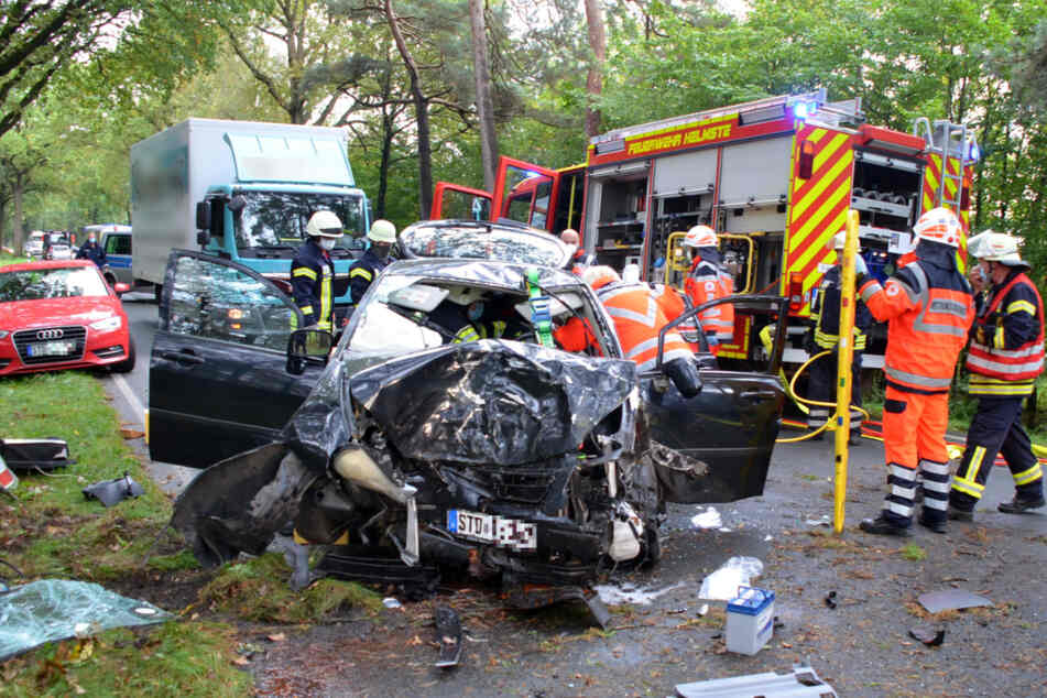 Einsatzkräfte der Feuerwehr befreien das Unfallopfer aus dem Wagen.