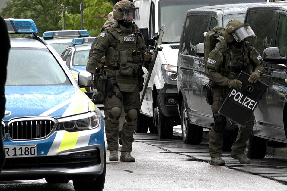Bewaffneter Jugendlicher verbarrikadiert sich: SEK rückt an