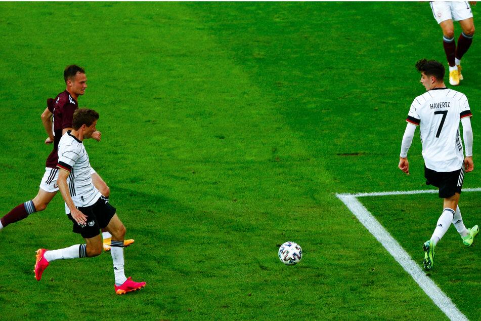 Hervorragender Angriff, den Thomas Müller (2.v.l.) zum 3:0 für die DFB-Elf vollendet.