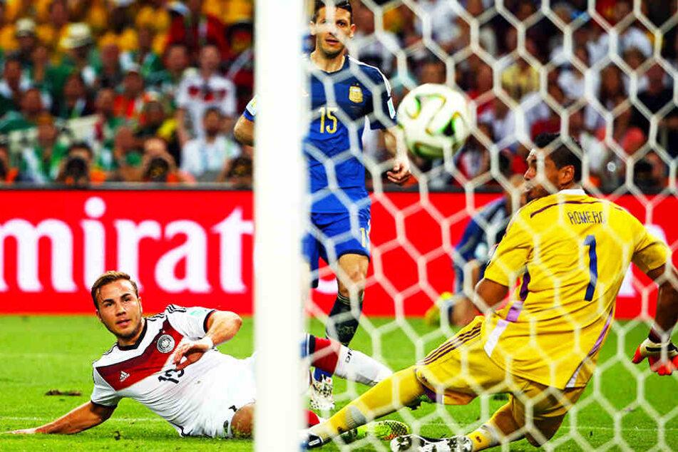 Es war sowohl sein, als auch Deutschlands größter fußballerischer Triumph in jüngster Vergangenheit: Mario Götze erzielt in der 113. Minute das WM-Final-Siegtor für Deutschland gegen Argentinien am 13. Juli 2014 im Maracanã in Rio de Janeiro.