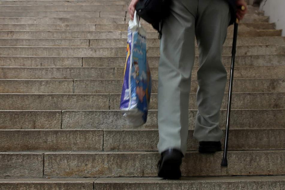 Der 63-Jährige musste mit seinem Einkauf bis in den neunten Stock gehen. (Symbolbild)