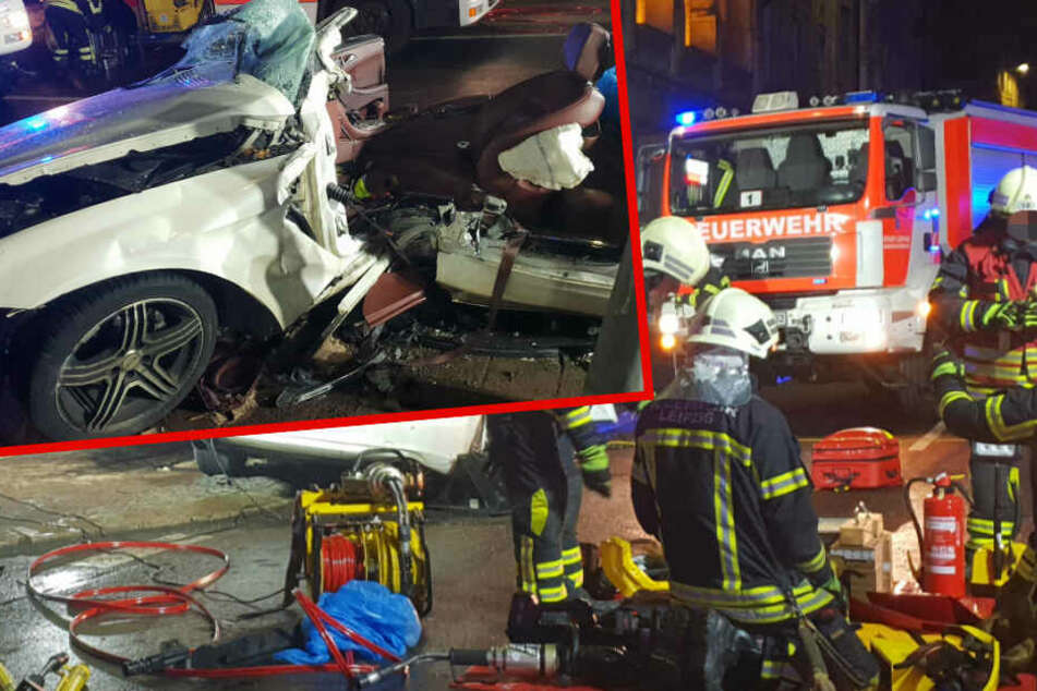 Horror-Crash in Leipzig: Beifahrer (21) in Mercedes eingeklemmt