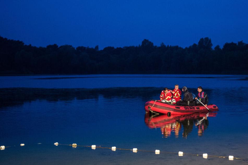 Rettungskräfte auf einem Gewässer. (Symbolbild)