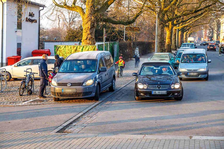 Jeden Morgen wird vor der Grundschule am Carusufer falsch geparkt. Eine Petition dagegen wurde fast 200 Mal unterzeichnet.