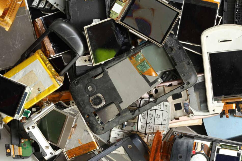 Viele Smartphones werden entsorgt, obwohl sie noch voll funktionsfähig sind.