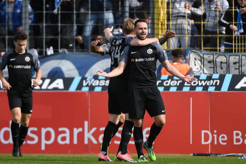Jubel über die frühe Rostocker Führung: Hansa-Stürmer Pascal Breier (vorne-rechts) wird von seinen Teamkollegen nach seinem 1:0-Führungstreffer gefeiert.