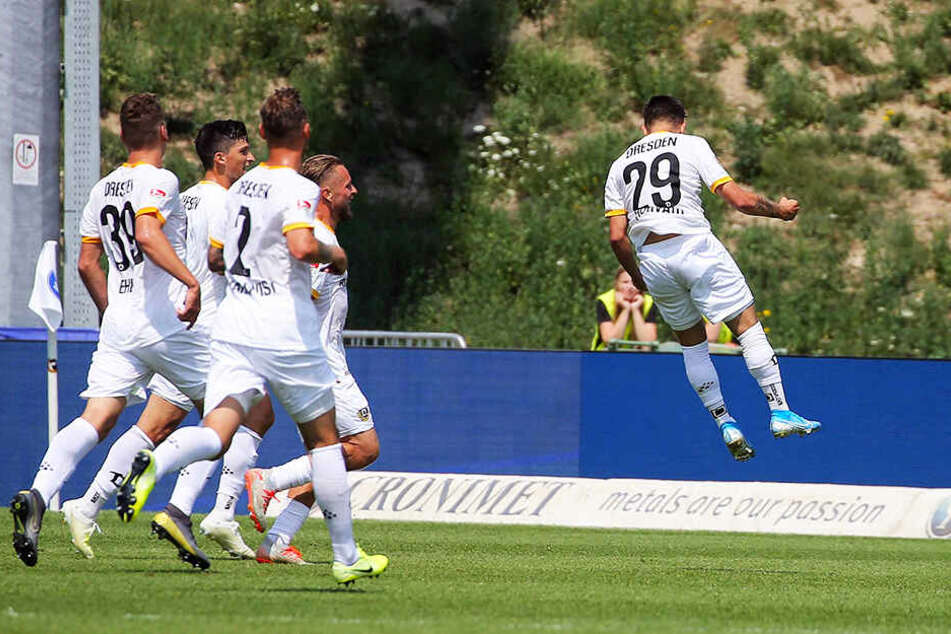 So will Sascha Horvath (r.) mal wieder abheben - hier nach seinem Führungstreffer zum zwischenzeitlichen 1:0 in Karlsruhe. Der kleine Österreicher war in acht von neun Punktspielen in dieser Saison im Einsatz.