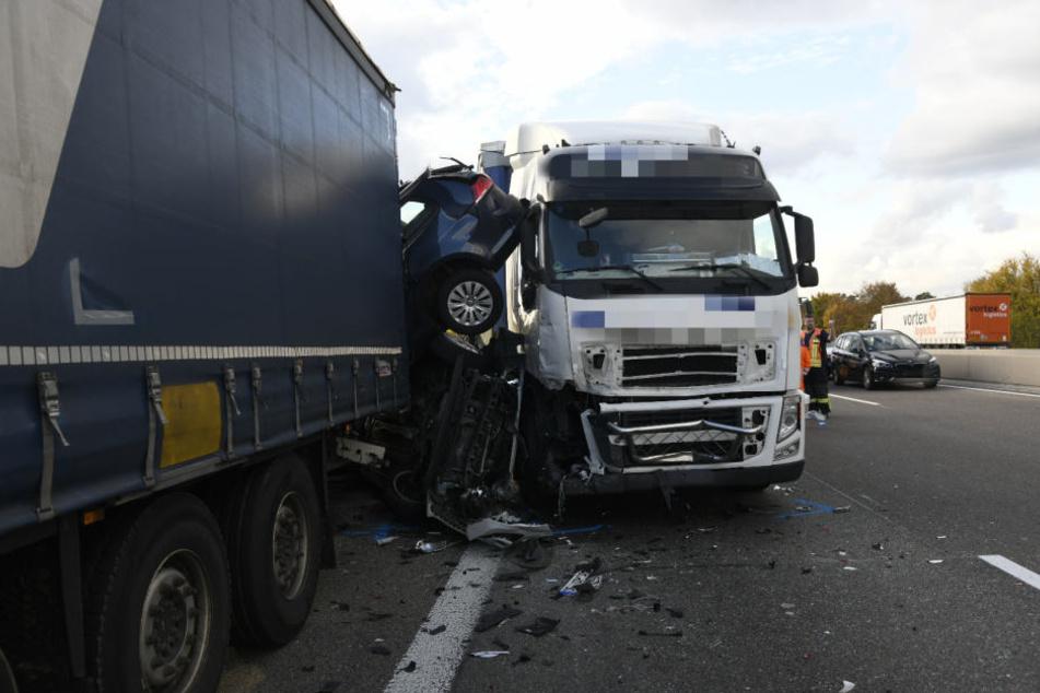 Pkw wurden zwischen zwei Lastwagen eingeklemmt, es entstand ein wahres Trümmerfeld.