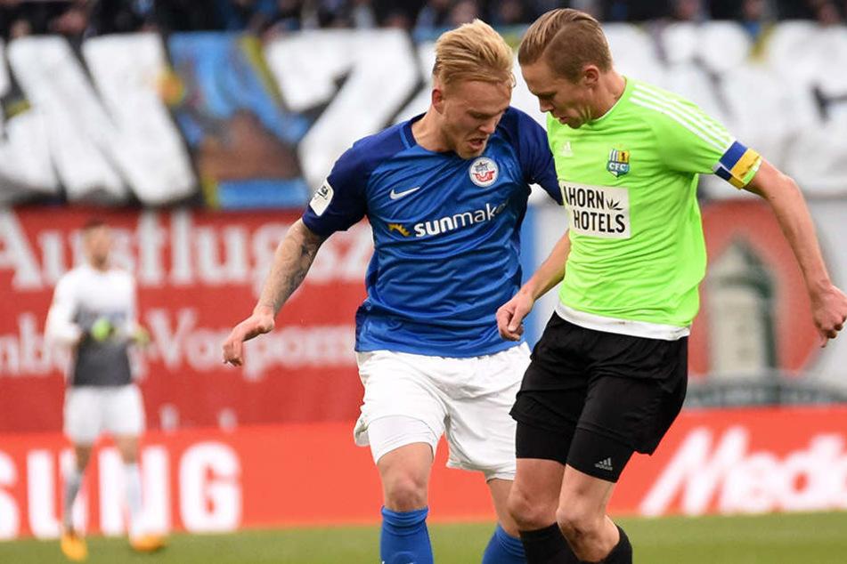 Im Zweikampf Bryan Henning (Hansa Rostock) und Dennis Grote (Chemnitzer FC).