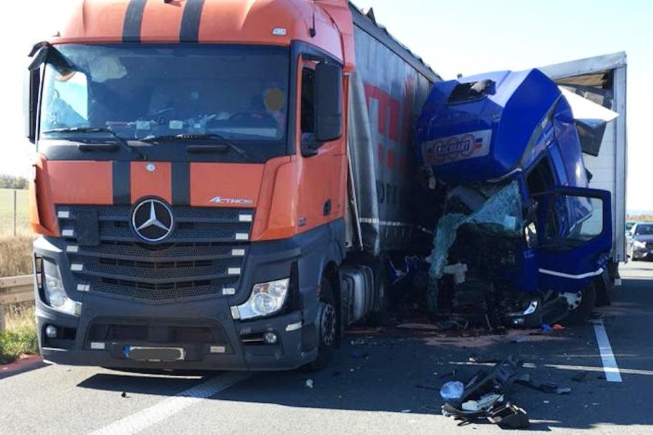 Der 36-Jährige konnte nicht mehr bremsen und krachte voll auf den Laster auf.