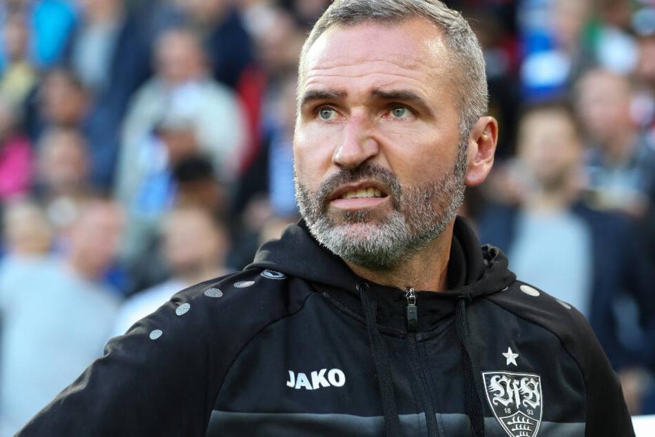 Zerknirschtes Gesicht: VfB-Trainer am Rande des Stuttgarter 1:0-Last-Minute-Sieg bei Arminia Bielefeld.