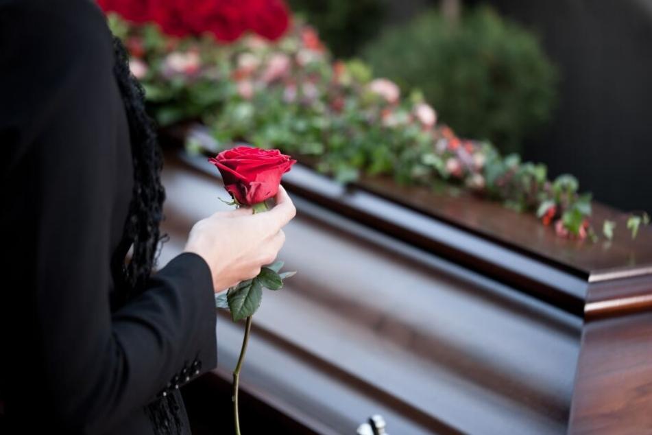Die Frau brachte den Sarg mit der Leiche ihres Mannes zur regionalen Verwaltung. (Symbolbild)