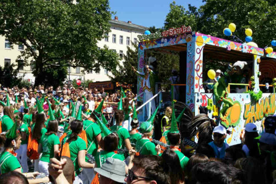 Der bunte Umzug beim Karneval der Kulturen durch Berlin-Kreuzberg.