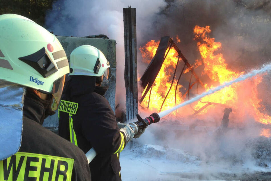 Zwei Stunden kämpften die Feuerwehrleute gegen die Flammen in Jena. (Symbolbild)