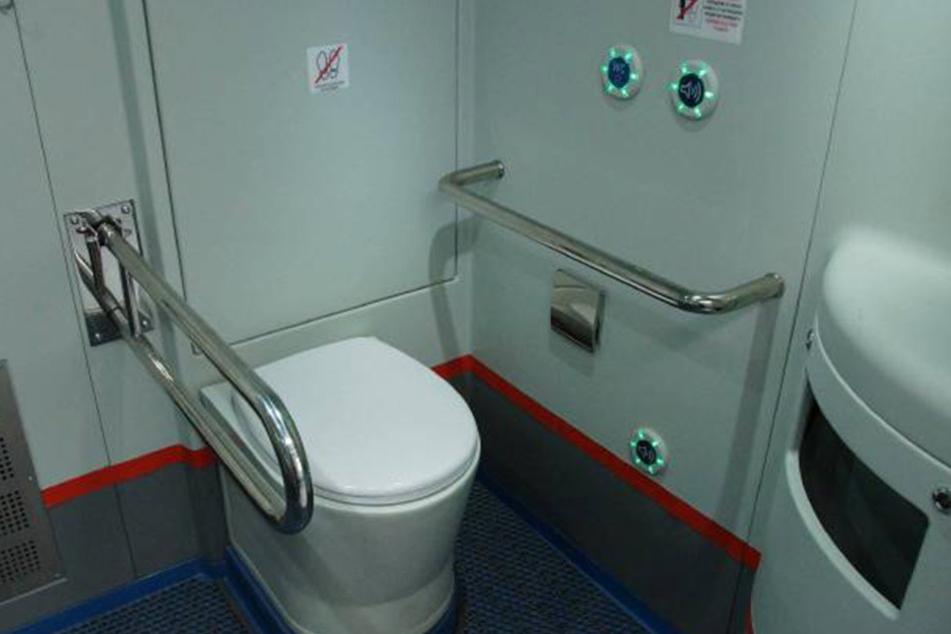 Die Bordtoilette benutze der Mann für seine ausgiebige Körperpflege.