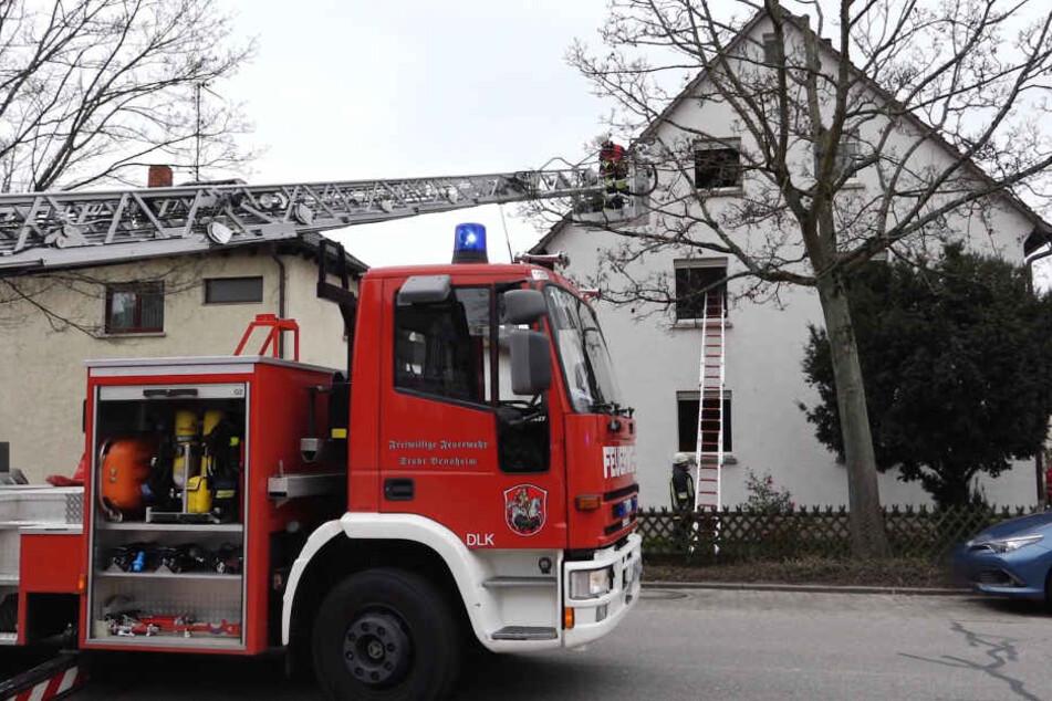 Die beiden Personen konnten sich nicht aus eigener Kraft befreien und wurden von den Feuerwehrleuten evakuiert.