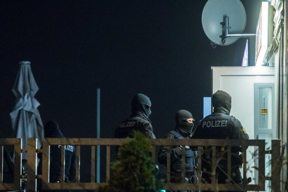 Die Beamten nahmen mehrere Gebäude unter die Lupe.