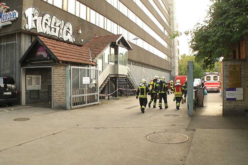 Einsatzkräfte der Feuerwehr betreten das Bürogebäude in der Großen Fleischergasse.