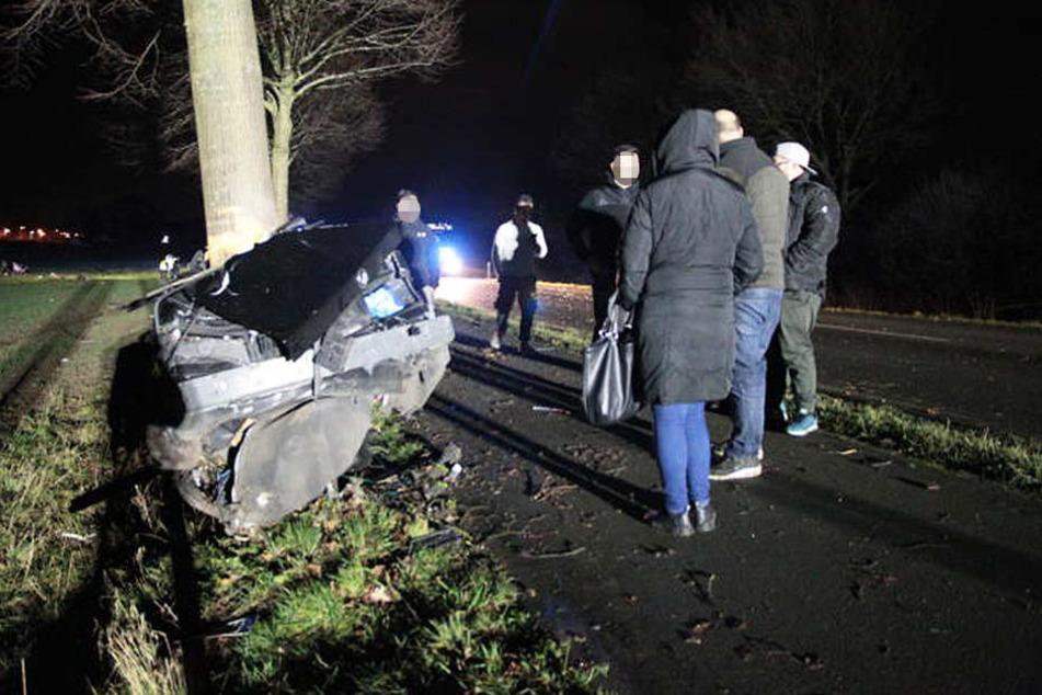 Der BMW wurde bei dem Unfall auseinandergerissen. Gaffer versammelten sich um das Wrack.