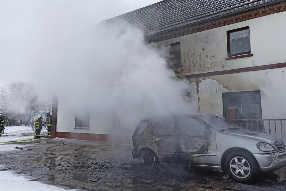 Der Gastank im Auto explodierte, nachdem das Auto Feuer gefangen hatte. Dann fing die Hauswand Feuer.