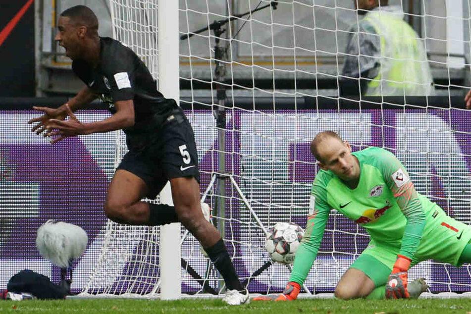 Peter Gulacsi kann den Ball nur noch aus dem Tor holen, nachdem Gelson Fernandes in der 26. Minute zum 1:0 für die Eintracht traf.