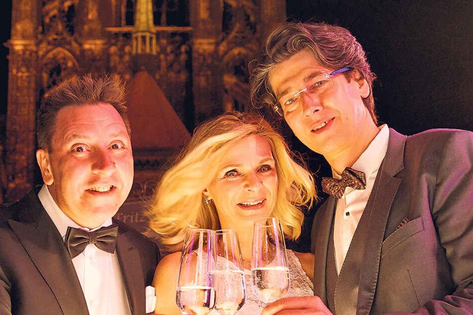 Stoßen vor der Albrechtsburg auf Utas Geburtstag an (v.l.): Thomas Böttcher (53), Uta Bresan (54) und ihr Mann Karsten Freund (53).