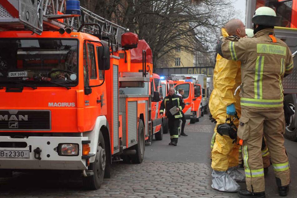 Ein Feuerwehrmann kümmert sich um einen Kollegen. (Bildmontage)