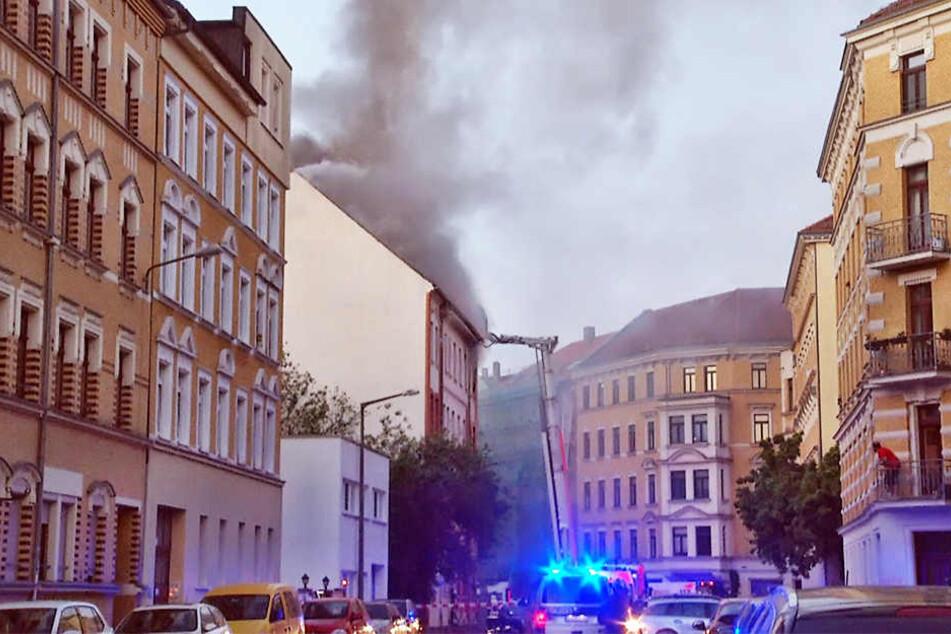 Eine riesige Rauchwolke stieg am Morgen im Leipziger Osten auf.
