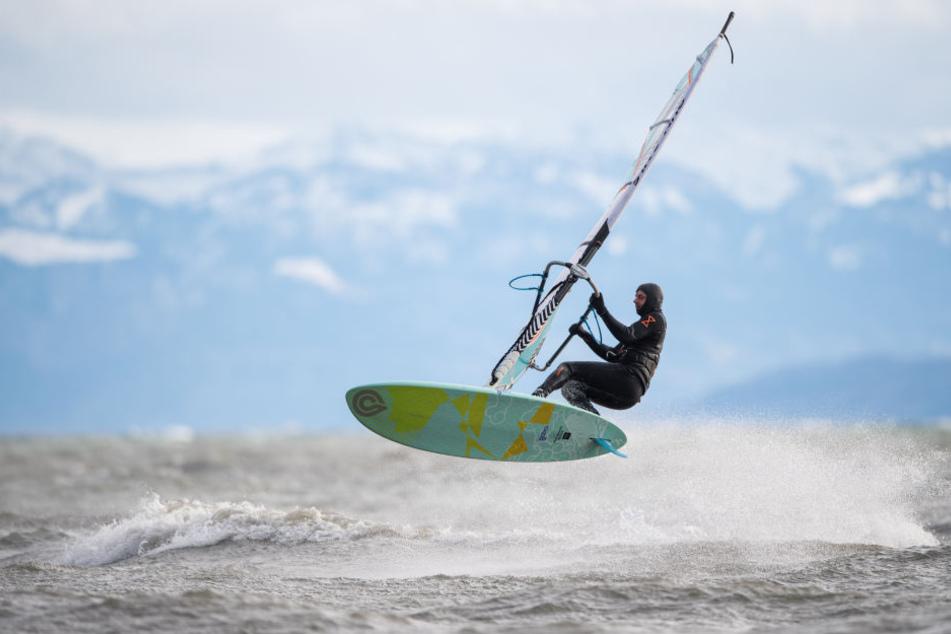 Für Surfer in Fischbach war Friederike ein Segen! Sie nutzten die Wellen am Bodensee, um ihren Lieblingssport nachzugehen.