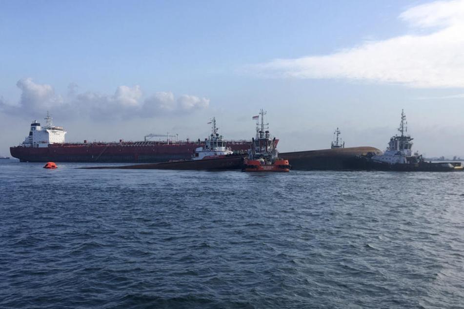 Bei einem Schiffsunglück vor Singapur sind mindestens fünf Menschen gestorben.