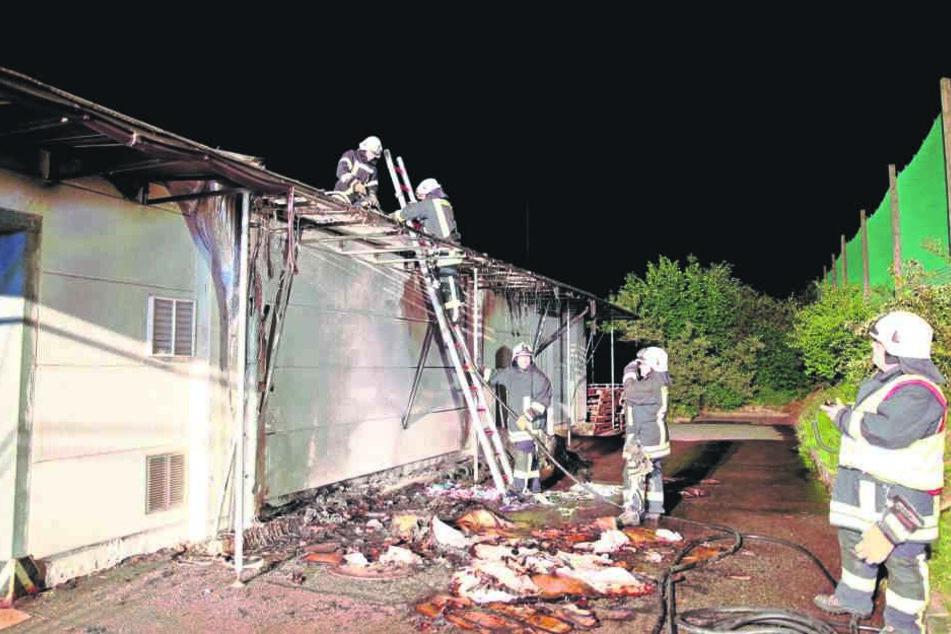 Feuerwehrleute löschten das brennende Dach, retteten die teuren Maschinen in der Halle.