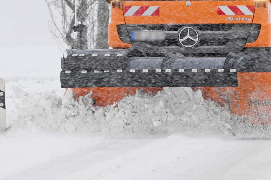 Der Fahrer eines Schneepflugs hat ein anderes Auto frontal gerammt. (Symbolbild)