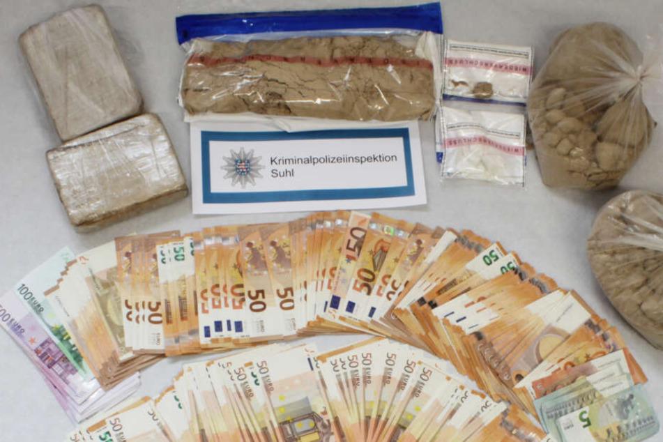 Drogen und tausende Euro Bargeld fanden die Polizisten bei den Männern.