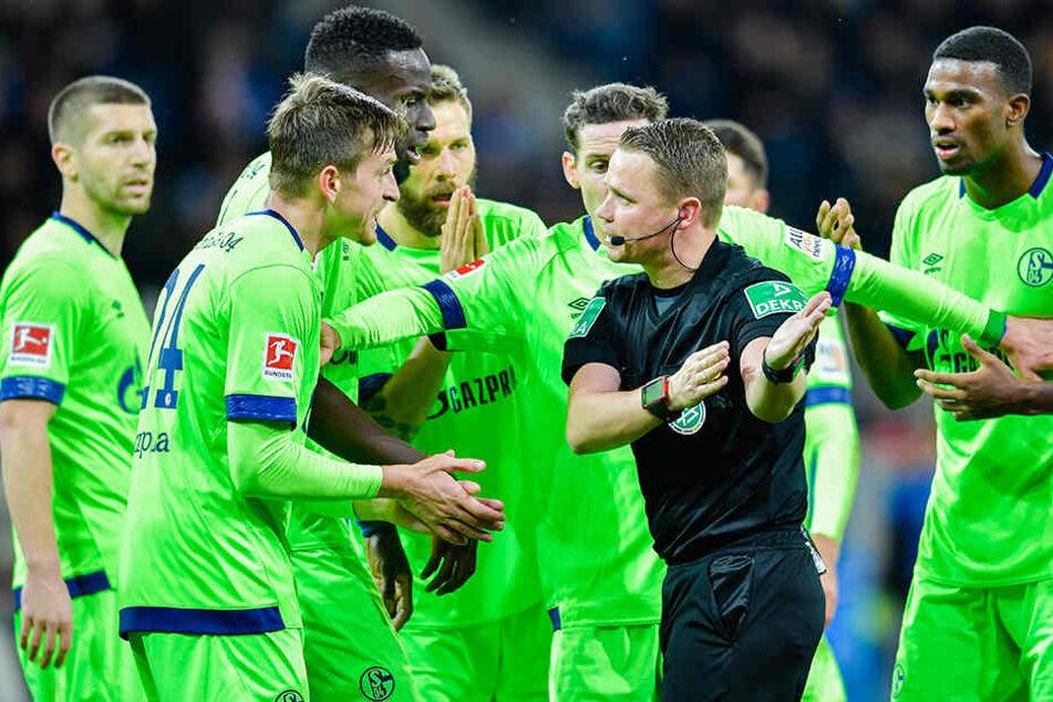 Die Schalker Spieler protestieren erfolglos bei Schiedsrichter Robert Kampka gegen die Handelfmeter-Entscheidung...
