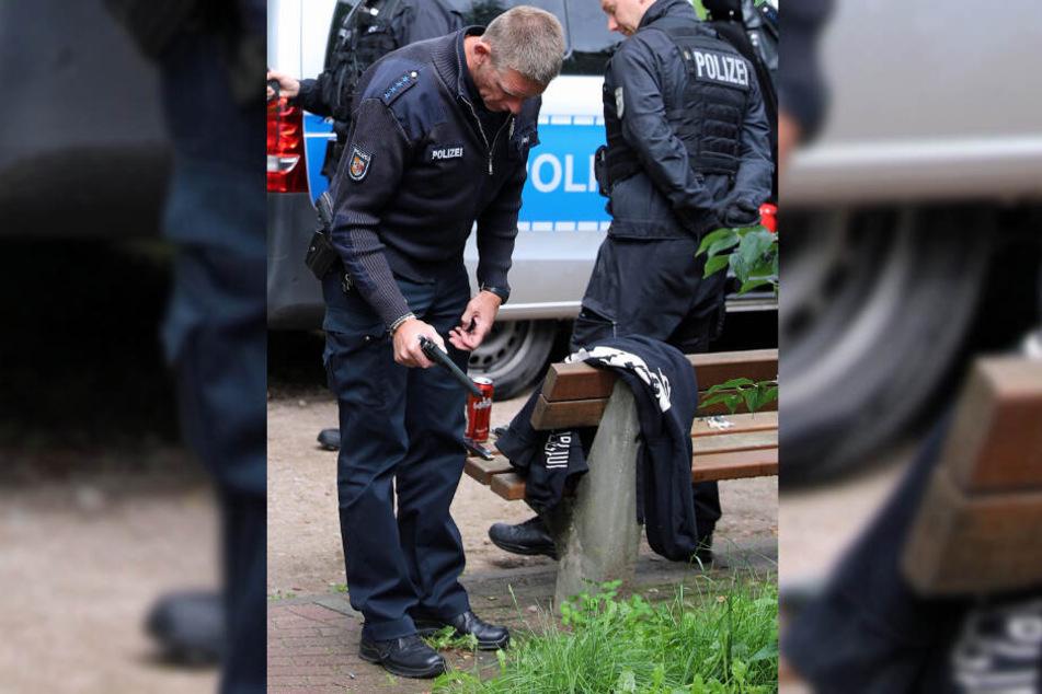 Ein Polizist nimmt die Schusswaffe unter die Lupe.