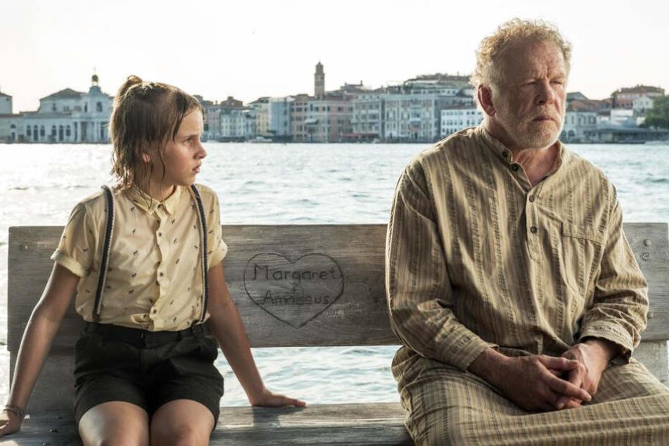 Matilda (l., Sophie Lane Nolte) fährt mit ihrem an Alzheimer erkrankten Opa Amadeus (Nick Nolte) bis nach Venedig.