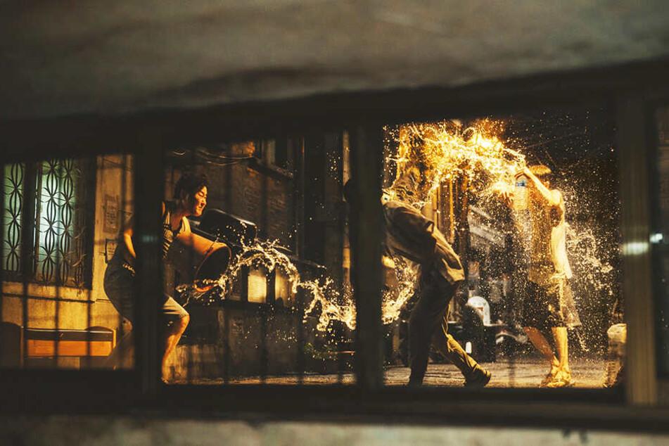 Der Blick aus dem Kellerfenster der Kims: Hier vertreiben sie zu zweit einen betrunkenen Wildpinkler, der sich immer wieder nahe ihrer Wohnung erleichtert.