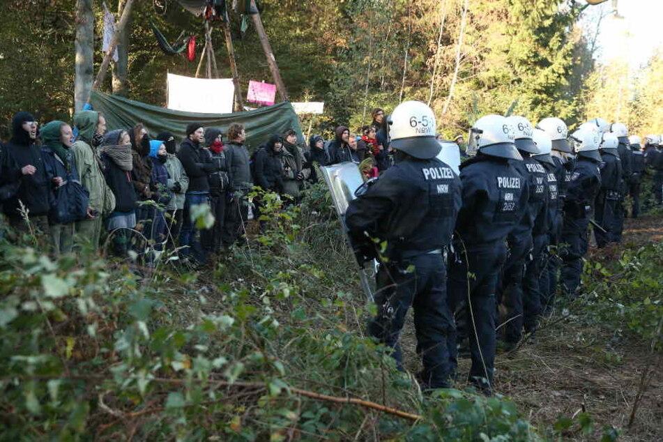 Polizisten an einem der vielen Einsatztage im Hambacher Forst.