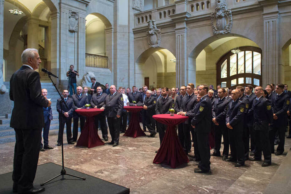 Am Dienstag dankte Stanislaw Tillich (58, CDU) den sächsischen Einsatzkräften des G20-Gipfels.
